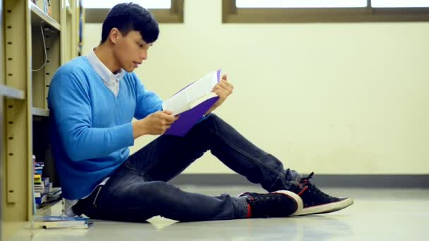 Mladý student Studuj v knihovně. Asijské muži univerzitní student dělá studie výzkum v knihovně knihu na podlaze a zaměření. Pro zpátky do školy rozmanitost koncepce.