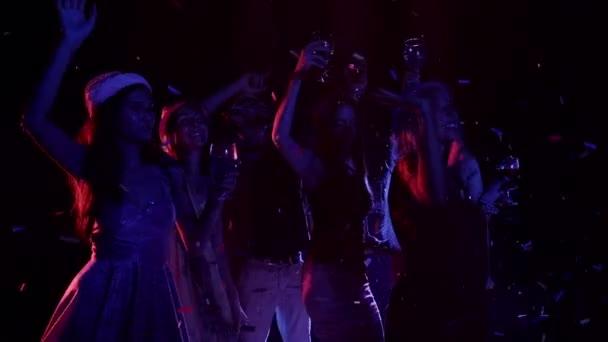 Sok nő, tánc, ujjongott party zene meg a táncparketten, egy éjszakai klub jóképű férfi többnemzetiségű csoportja. Közepes lövés, lassú mozgás.