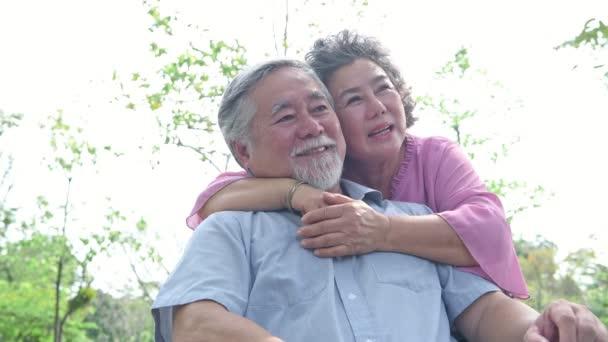 Seniorenpaar im Park. Chinesisches altes Paar im Park, entspannt, lächelnd und miteinander im Gespräch.