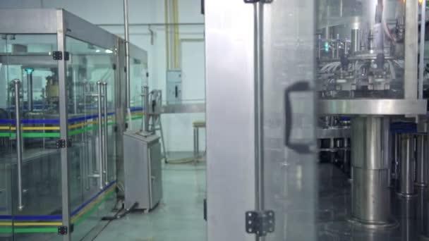 Wirtschaftsingenieurin bei der Arbeit in einer Fabrik. schöne junge chinesische Ingenieurin, die in einer großen Fabrik arbeitet. mit Schutzhelm und Jacke. Hightech-Automat im Hintergrund.