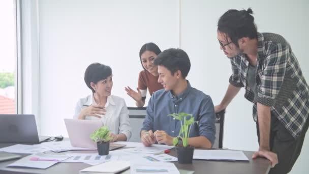 Obchodní jednání. Malý, nastartujte na obchodní jednání v pokoji. Asijský mladík prezentovat své myšlenky na jeho tým sedí společně. Nový obchodní model nastartovat pojmy