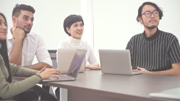 Üzleti találkozó. Kis induló üzleti tárgyalás szobában. Ázsiai csapat indiai férfi, a következő nagy ötlet brainstorming. Új üzleti modell induló fogalmak.