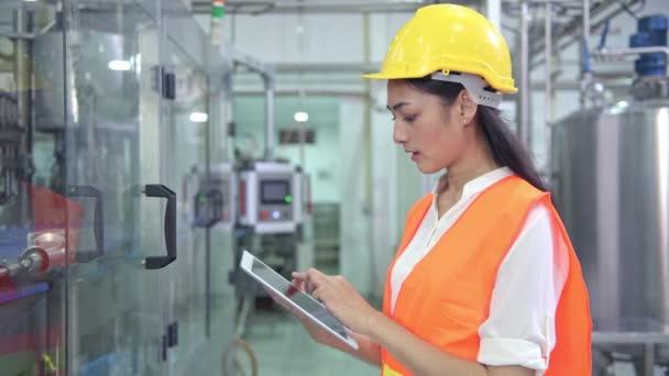 ženské asijské inženýr v práci v továrně pomocí digitálních tabletu