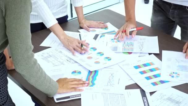 Setkání malého týmu. Skupina asijských podnikatelů brainstorming s dokumenty na stole. Multi etiku podnikání týmu start ups koncept.