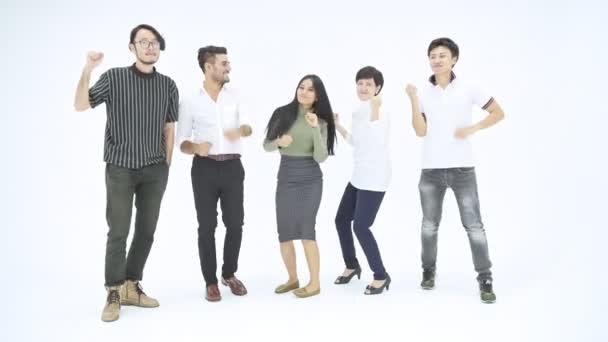 Vítězný tým firmy. Asijské podnikatelé a ženy s kostým Indián stojící tanec pro velké vítězství nad bílým pozadím. Úspěšný start ups koncept.