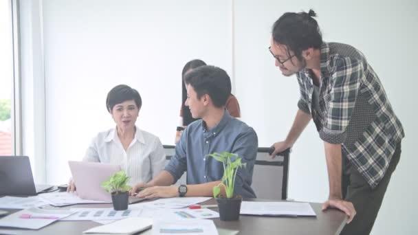 İş görüşmesi. Küçük iş toplantı odasında başlatmak. Genç Asyalı adam fikrini birlikte oturan ekibine sunulması. Yeni iş modeli başlamak kavramları.