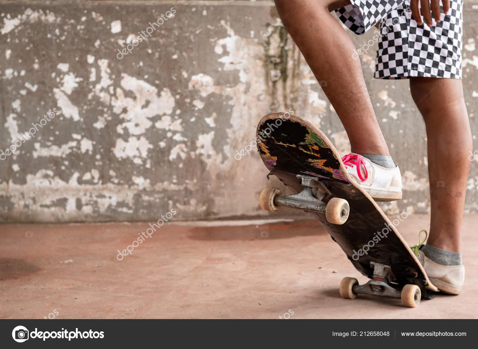 b9b594e1 Retrato Skatista Rapaz Asiático Parque Skate Urbano Sob Ponte Chão —  Fotografia de Stock