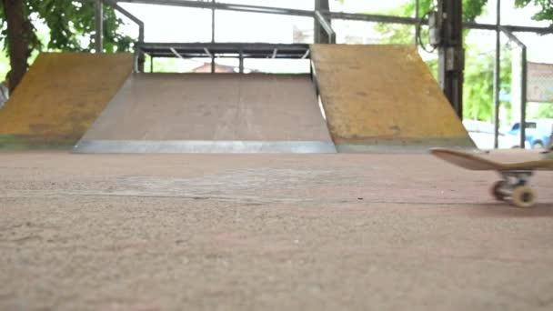 Slow-Motion Teenager tun Trick auf Skateboard Skatepark