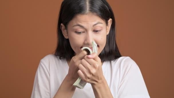 spokojený úsměv Asijské žena čichání hotovost