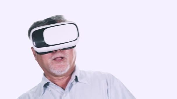 zralá asijská Větroměje s šedými vlasy pomocí virtuální reality brýle na bílém pozadí
