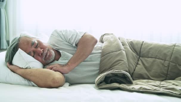 érett ázsiai ember alszik az ágyban beltéri szürke haja