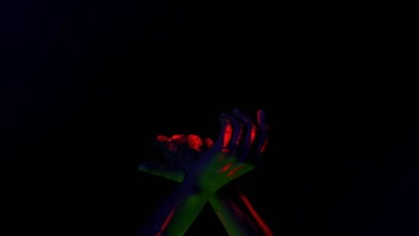 Ragyogó kéz tánc mozgalom, a fekete háttér, vörös izzó festék. Fél fogalma.