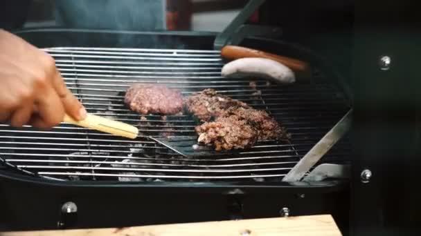 V malém grilovacím grilu uzavřete syrové nevařené burgery a zelí. Pozdě odpoledne s bílým mužem, který ho chtěl vařit.
