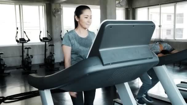 Senior pár futó futópad együtt. Hiteles Senior életmód koncepció.
