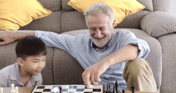 Nagyapja sakkozni az ő unokája otthon