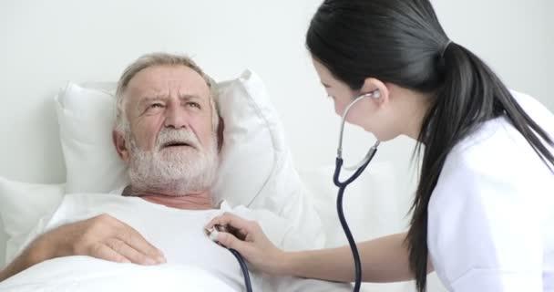 Asijská ošetřovatelka je diagnóza vyzrálé mužské pacientky