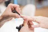 Fotografie Nahaufnahme der weiblichen Hände Maniküre Prozess im Schönheitssalon beschossen