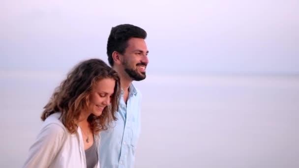 Mann und Mädchen auf einer tropischen Insel in den Flitterwochen.