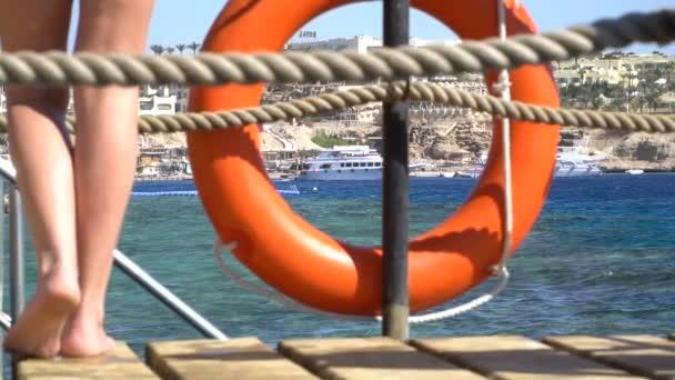 Sicherheitsausrüstung, Rettungsring oder Rettungsboje am Holzsteg am Strand. 120fps