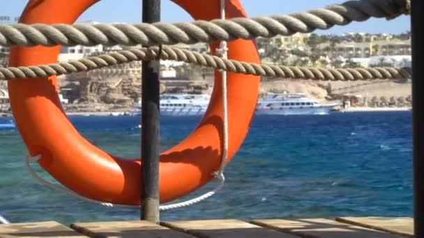 Sicherheitsausrüstung, Rettungsring oder Rettungsboje am Holzsteg am Strand