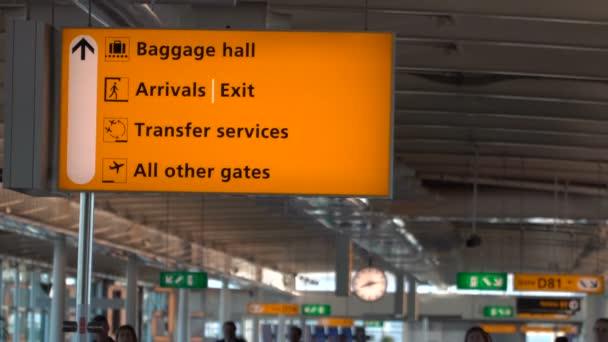 Haly pro výdej zavazadel, příjezdy, přenosu a vrata podepsat na mezinárodním letišti
