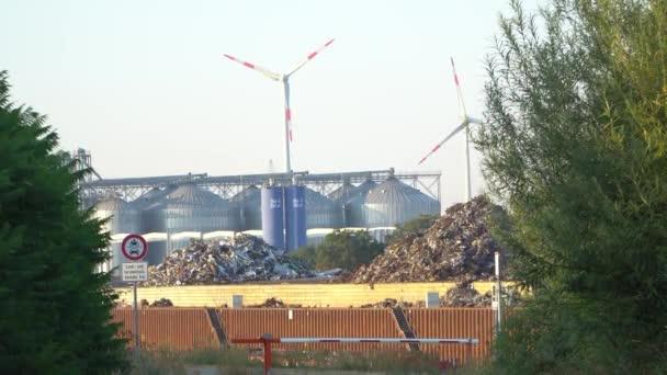 Eco power. Větrné elektrárny vyrábějící elektřinu.
