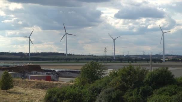 Eco power. Větrné elektrárny vyrábějící elektřinu