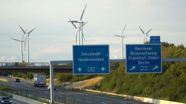 Energiatakarékos. A szél szélerőművekben villamos energiát.