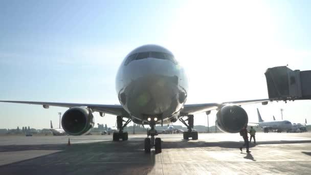 Parkmöglichkeiten für kommerzielle Flugzeuge am Flughafen. kyiv, ukraine 16.09.2019