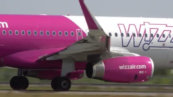 Osobní letadlo odlétá přes přistávací dráhu z letiště. Kyjev, Ukrajina 16.09.2019