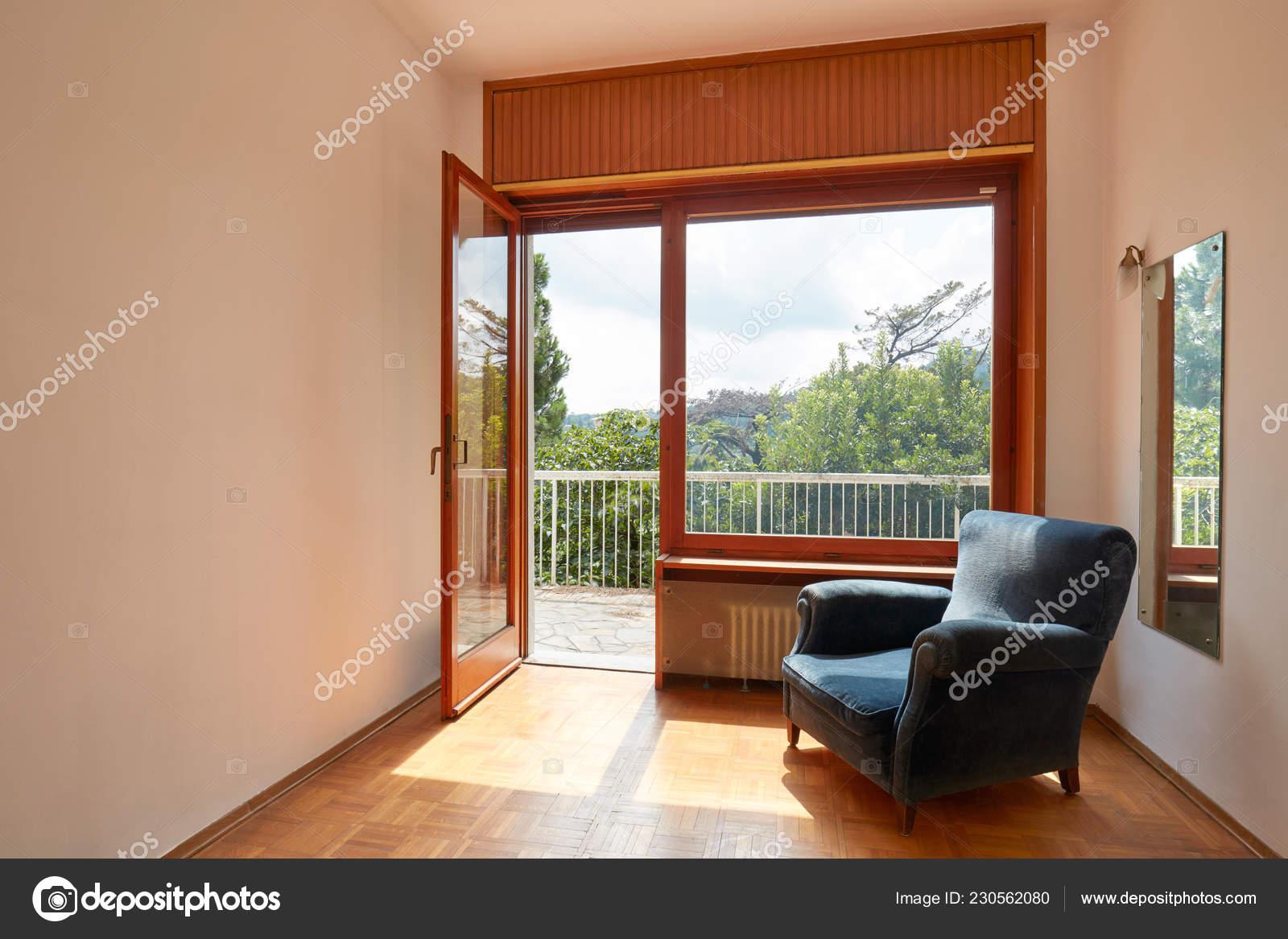 Interior Habitación Soleada Con Sillón Terciopelo Azul