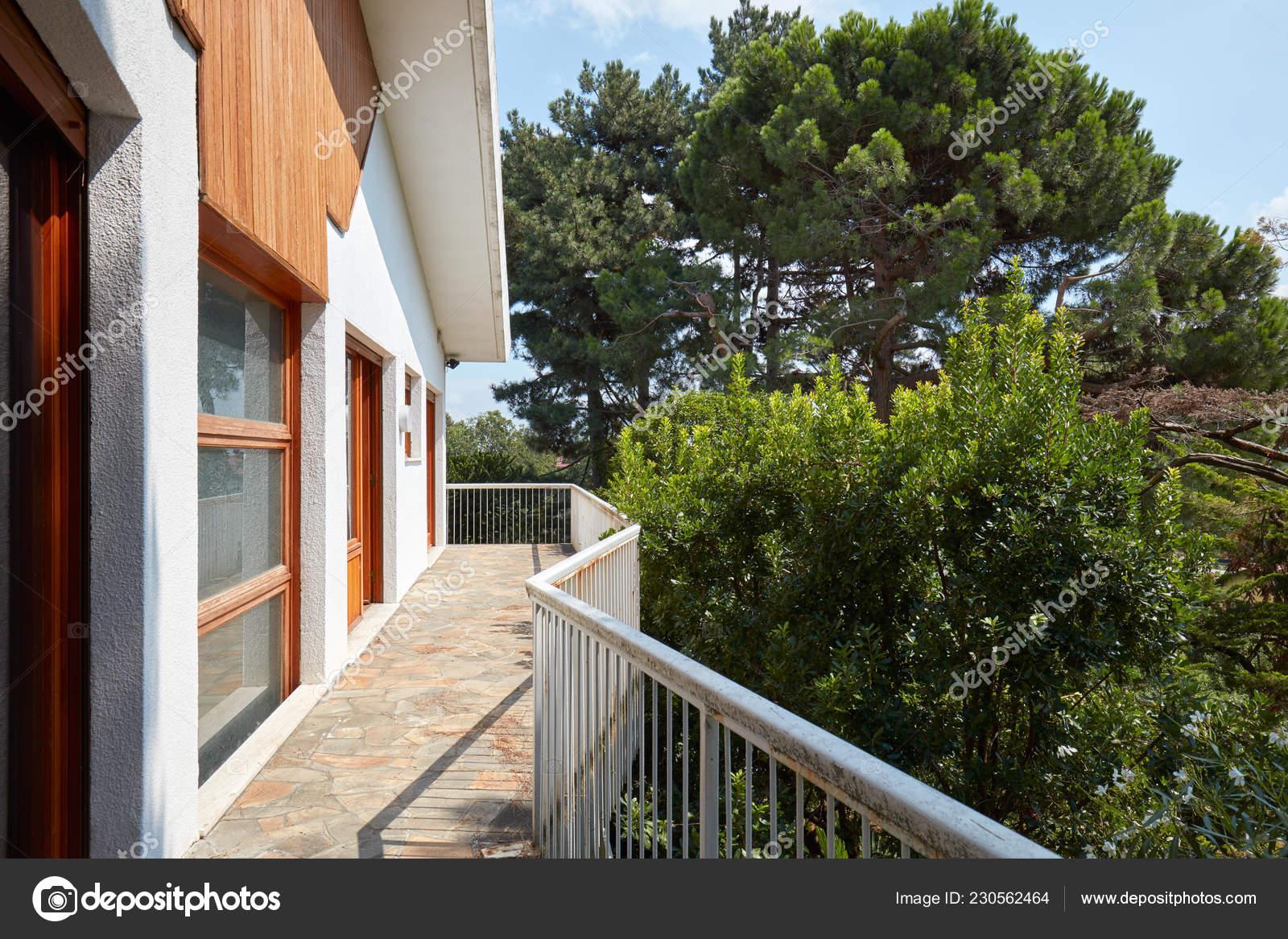 Terraza Día Soleado Con árboles Casa Campo Foto De Stock