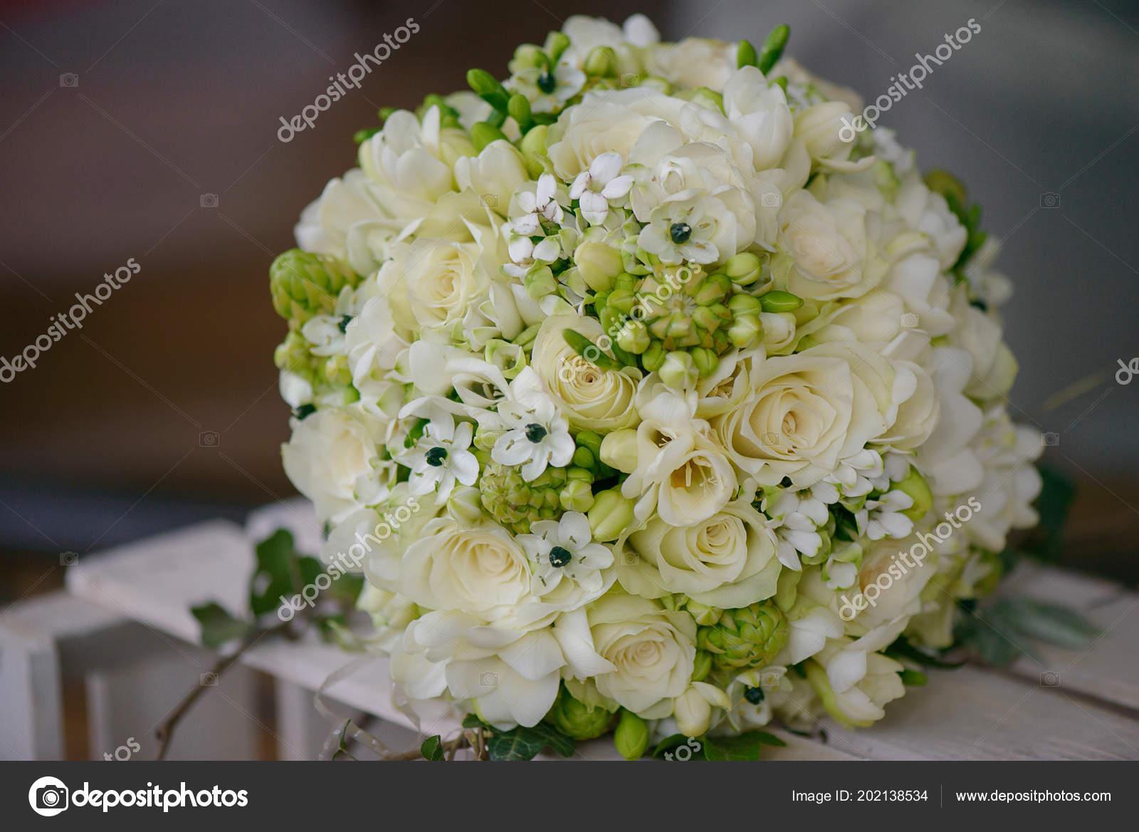 Bouquet Sposa Gelsomino.Vista Frontale Bouquet Sposa Con Rose Avorio Fresie Bianche Fiori
