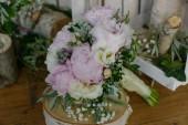Světle růžové barevné pivoňky, frézie a zelení kytice seděly rustikální dřevěný stůl, aranžmá pro nevěstu, dokonalým doplňkem pro svatební obřad