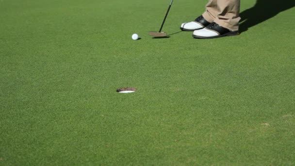 Nízké část zralý muž hraje v golfu