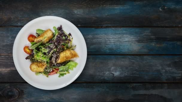 Salát s lososem v trojobalu s hlávkovým salátem a sezamová semínka. Otočí na dřevěné pozadí. Pohled shora se kopírovat prostor pro váš text.