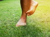Viszketés a lábgomba a fű a parkban.
