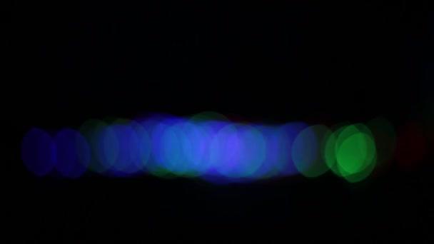 Hintergrund der Bokeh-Lichter in Form von bunten Kreisen unterschiedlich hell leuchten und Glühbirnen blinken