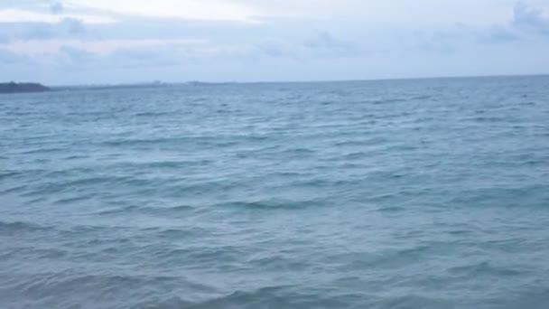 Malé vlny na pobřeží moře