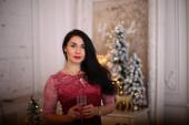 Osamělá dívka oslavuje šťastný nový rok, milování bruneté ženy v veselých Vánocích
