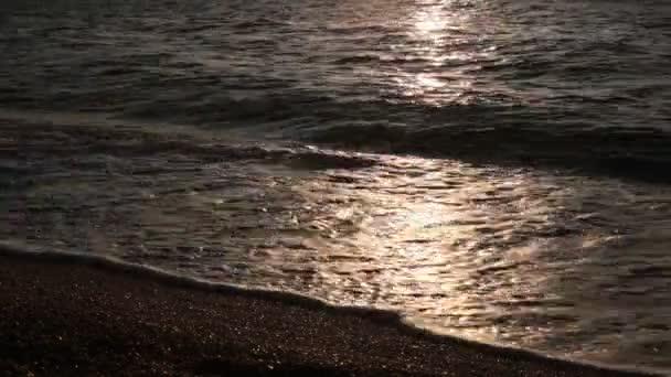 Oblázkový plážový oceán a malé vlny relaxační pod mořským příbojem