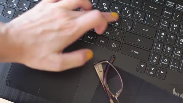 stiskněte tlačítka, napište na černou klávesnici