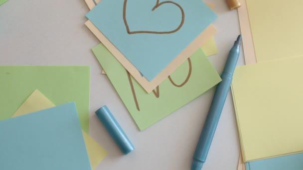 Zapisovat slova, čísla a písmena na čtvercové vícebarevné poznámky