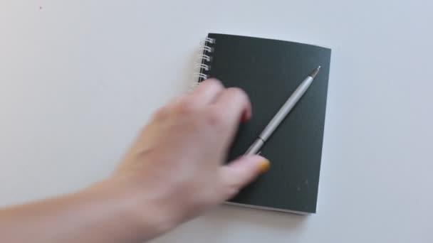 světlé módní video pozadí hodně volného prostoru pro psaní na samolepky a v notepadu čísla a slova na poznámkách