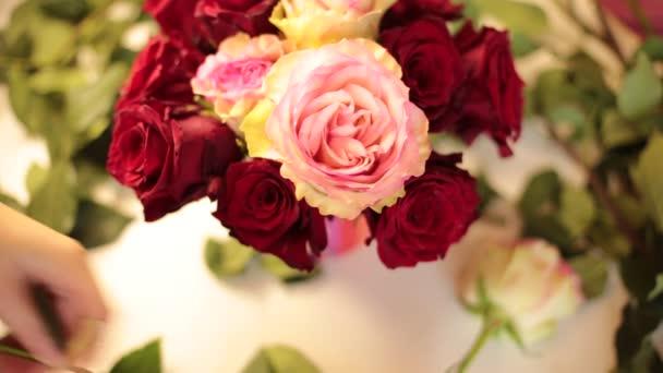 sbírat kytici skutečných květin z rudých růží
