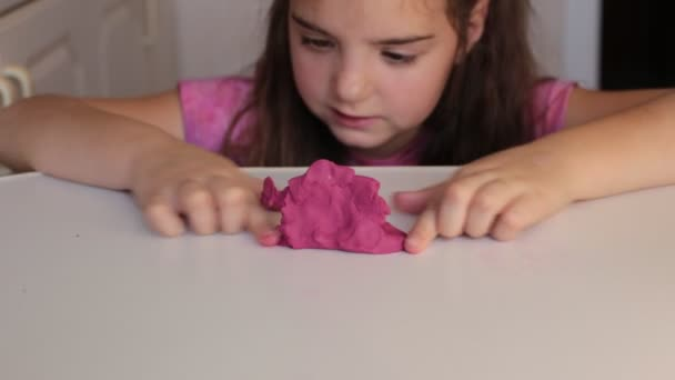 Achtjähriges Mädchen spielt bei Kindern mit Schleim-Toffee