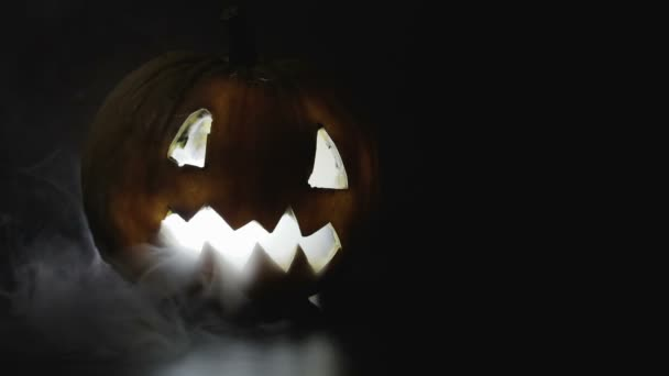 Creepy, děsivé vyřezávané dýně na Halloween v kouři