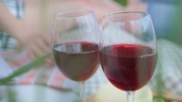 Dva lidé, Žena a muž clink skla brýlí s červeným vínem