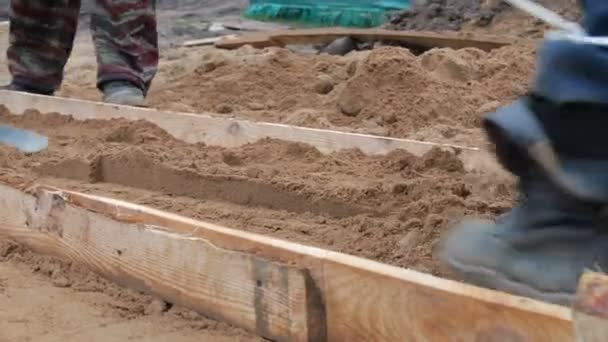 Komprimace a zhutňování písku pro betonovou podlahu na zemi
