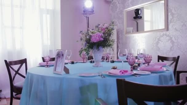 Výzdoba sálu a slavnostní tabule s pokrmy pro svatební hostinu